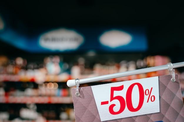 Tag con una scritta sconto del 50 per cento, vista ravvicinata