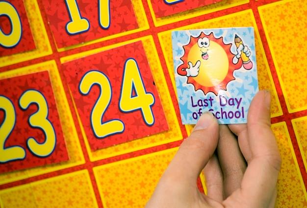 Tag di tenuta persona contro il calendario