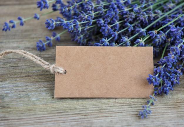 Tag vuoto e fiori di lavanda
