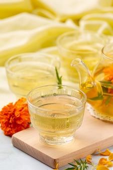 Tagete, limone, miele, tè alle erbe concetto di trattamento.