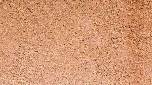 Tagli la vernice di color salmone di una struttura della parete