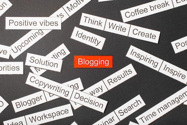 Taglia i blog con le scritte di carta tagliati fuori dalla carta e circondati da altre iscrizioni