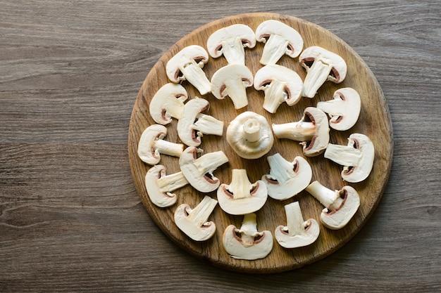 Taglia i funghi prataioli