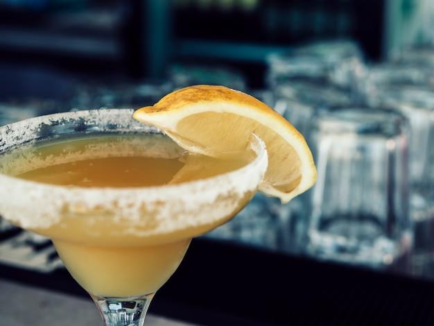 Taglia il bicchiere di bevanda gialla