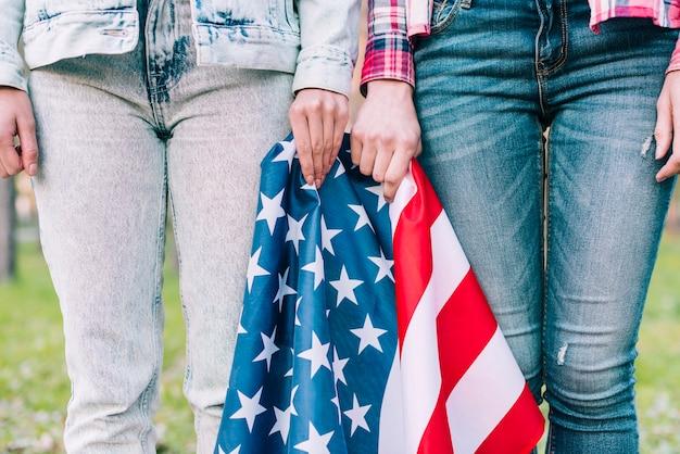 Taglia le femmine in jeans con bandiera americana