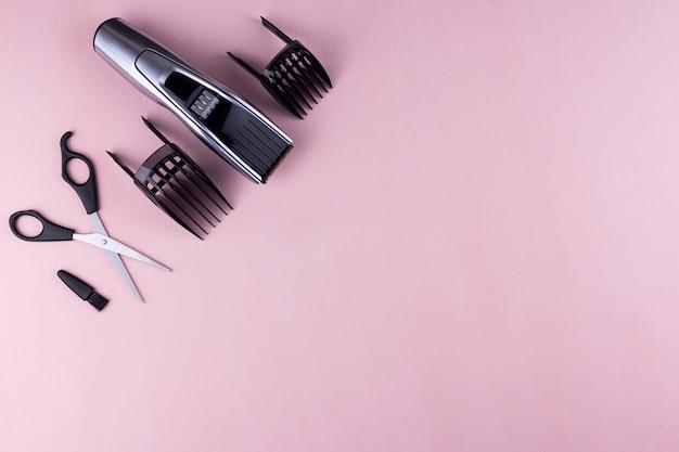 Tagliacapelli sfondo rosa.