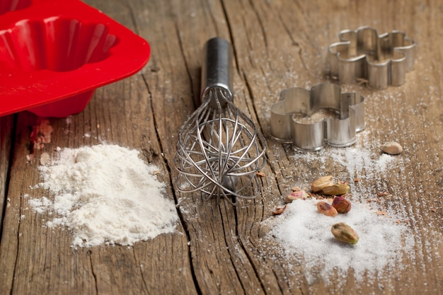 Tagliapasta, zucchero e biscotti