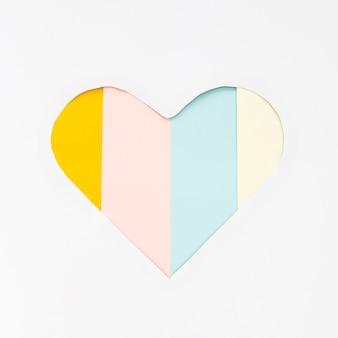 Tagliare a forma di cuore dalla carta sul tavolo a strisce