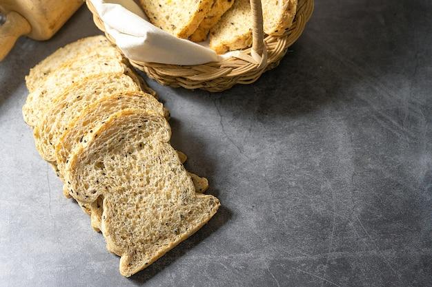 Tagliare con fette e pane integrale pane fresco fatto in casa sul pavimento