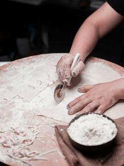Tagliare diverse forme di pasta dall'impasto.