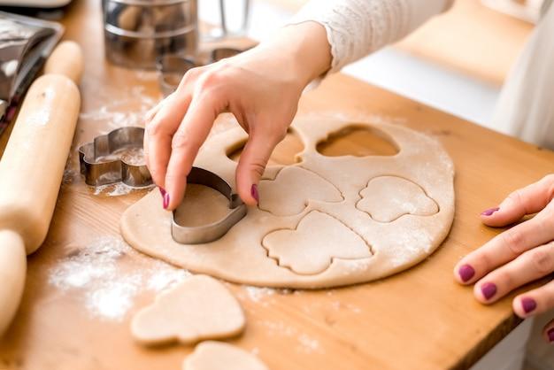 Tagliare i biscotti con stampi per pasta