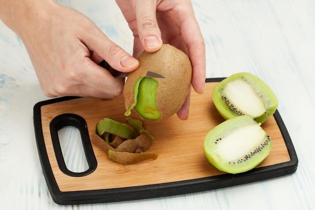 Tagliare il coltello da frutta su un tagliere