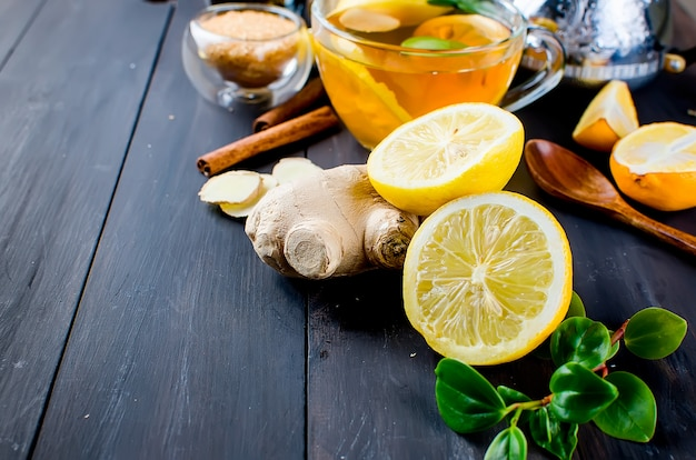 Tagliare il limone e lo zenzero per il tè aromatico