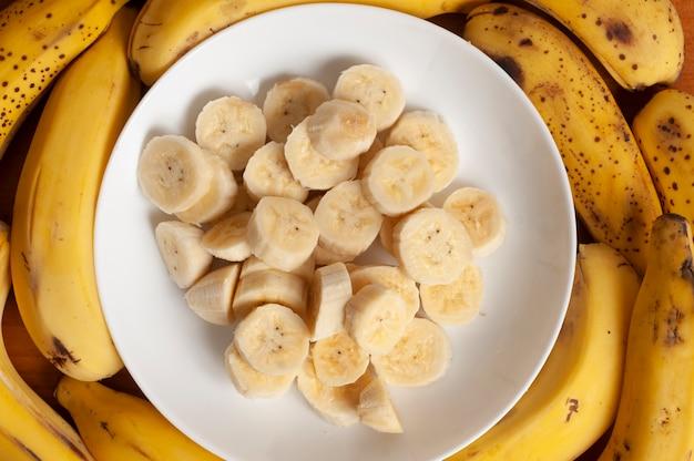 Tagliare la banana sul piatto