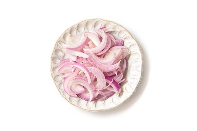 Tagliare la cipolla rossa (scalogno) per la cottura degli ingredienti sul piatto