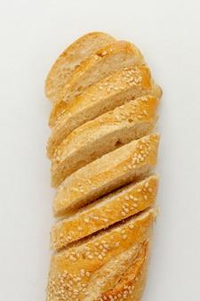 Tagliare le fette di pane con i cereali