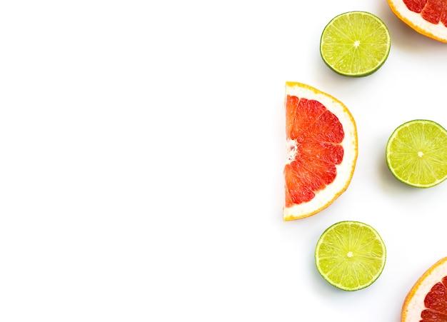 Tagliare lime e pompelmo su uno sfondo bianco