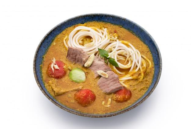 Tagliatella con curry verde su bianco isolato