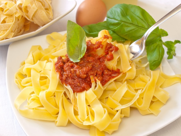 Tagliatella di pasta italiana fatta in casa con ragù alla bolognese