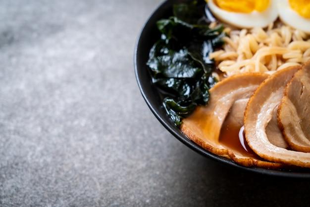 Tagliatella di ramen di shoyu con carne di maiale e l'uovo