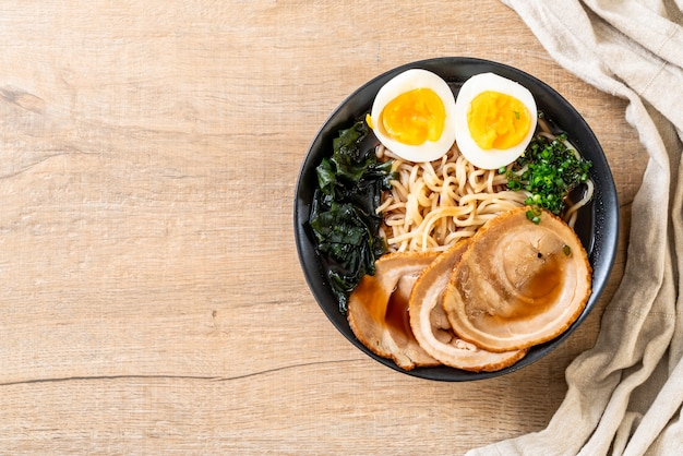 Tagliatella di ramen di shoyu con carne di maiale e uovo