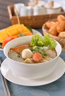 Tagliatella di riso della tagliatella della tailandia, tagliatella di riso della torta di pesce e della crocchetta di pesce dalla vista superiore