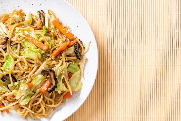 Tagliatella di yakisoba in padella con verdure