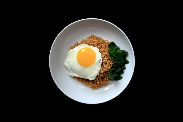 Tagliatella fritta saporita con il lato soleggiato sull'uovo e sulla verdura. servito sul piatto bianco