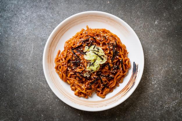 Tagliatella istantanea calda e speziata coreana con kimchi
