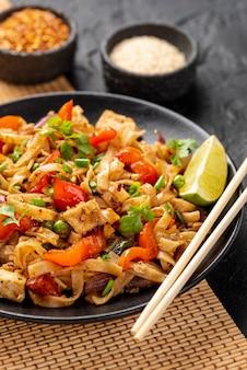 Tagliatelle ad alto angolo con verdure e pollo con le bacchette