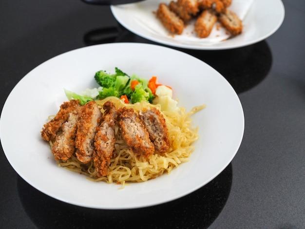 Tagliatelle all'uovo con pollo fritto e verdure