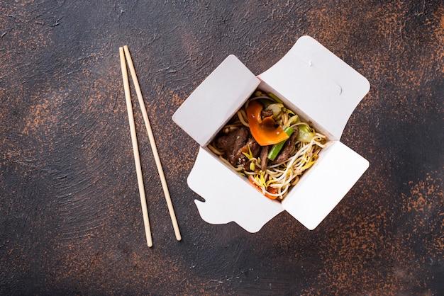 Tagliatelle asiatiche con carne e verdure