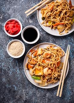 Tagliatelle asiatiche con gamberetti e verdure