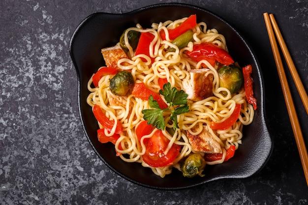 Tagliatelle asiatiche con verdure e pollo