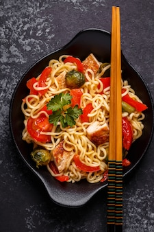 Tagliatelle asiatiche con verdure e pollo.