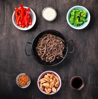 Tagliatelle asiatiche soba con vari ingredienti