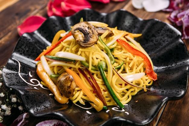 Tagliatelle asiatiche wok stile verdure e funghi