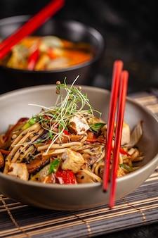 Tagliatelle cinesi con pollo.