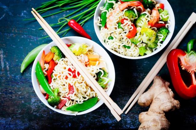 Tagliatelle cinesi con verdure e gamberi