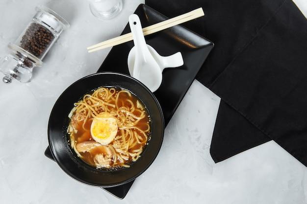 Tagliatelle ciotola ramen con pollo e uova, cibo giapponese. cibo cinese. cucina tailandese. fast food asiatico