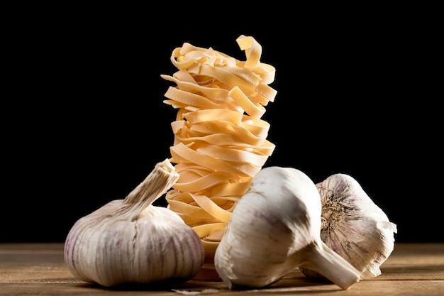 Tagliatelle close-up con aglio sul tavolo