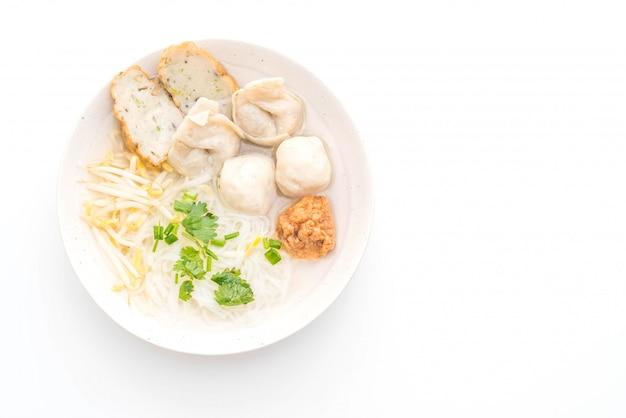 Tagliatelle con polpette di pesce in zuppa