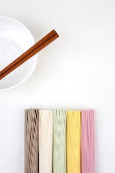 Tagliatelle coreane con le bacchette di legno