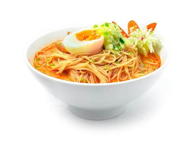 Tagliatelle coreane con zuppa piccante servita uovo sodo