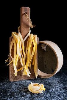 Tagliatelle di pasta fatta in casa italiane a basso profilo