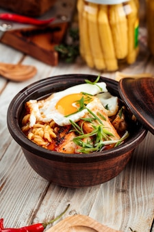 Tagliatelle di ramen chocken calde coreane con uovo fritto