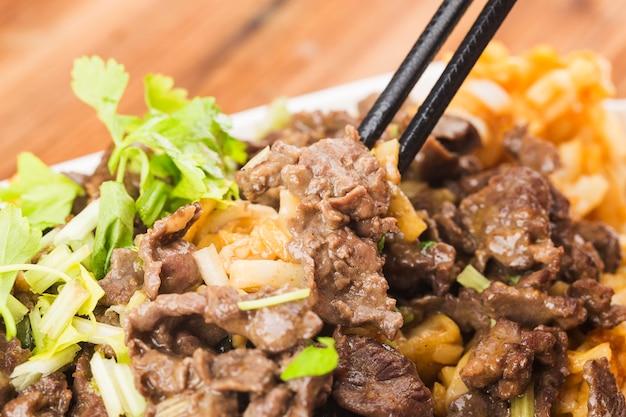 Tagliatelle di riso cinese delicatamente fritte con carne di manzo