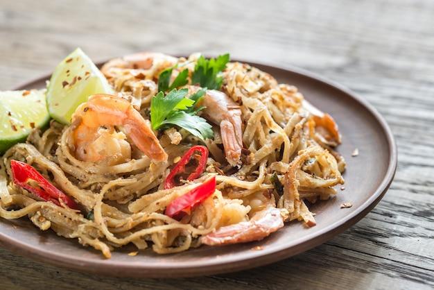 Tagliatelle di riso fritte tailandesi con i gamberi
