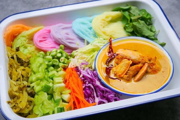 Tagliatelle di riso tailandesi in salsa di curry della gru a benna con la verdura
