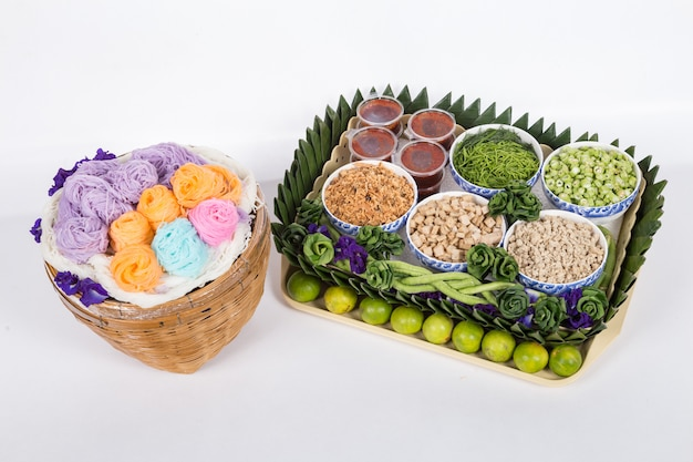 Tagliatelle di riso tailandesi, solitamente mangiate con curry. vermicelli di riso tailandesi serviti con curry
